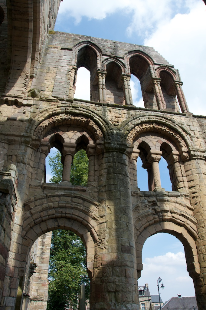 The presbytery, with rounded Romanesque arches of the 1100s and more pointed ones favoured in the 13th century